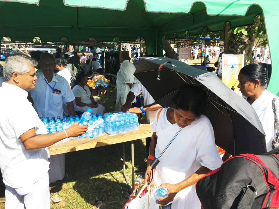 25000-bottles-of-mineral-water-given-away-at-ruwanweli-seya-blackpool-nuwaraeliya (1)