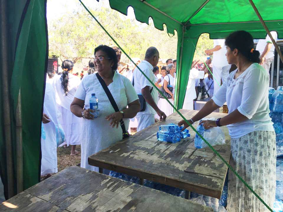 25000-bottles-of-mineral-water-given-away-at-ruwanweli-seya-blackpool-nuwaraeliya (2)
