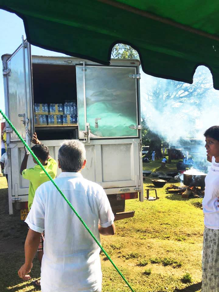 25000-bottles-of-mineral-water-given-away-at-ruwanweli-seya-blackpool-nuwaraeliya (3)