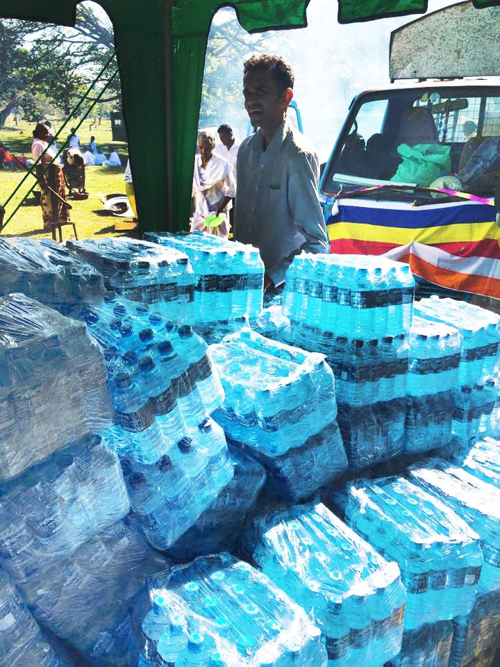 25000-bottles-of-mineral-water-given-away-at-ruwanweli-seya-blackpool-nuwaraeliya (4)