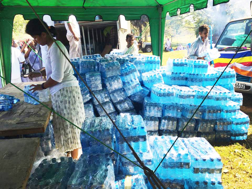25000-bottles-of-mineral-water-given-away-at-ruwanweli-seya-blackpool-nuwaraeliya (5)